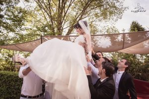 Mariage photo de groupe mariée portée