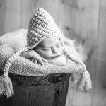Nouveau né dans mini tonneau