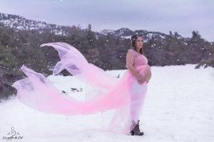 femme enceinte neige robe rose
