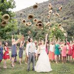 mariés photo groupe lancer chapeaux Lago Bin